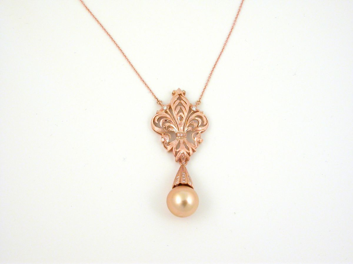 Necklaces of all collections of white yellow and pink gold