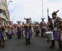 Comparsas y batucadas recuerdan a Arrecife que estamos en Carnaval