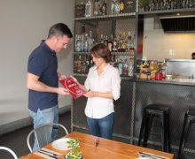 La alcaldesa de Arrecife felicita a Mikel Otaegui, del Restaurante Naia, tras ser incluido en la Guía Michelín