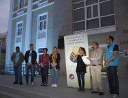El Cabildo de Lanzarote se ilumina de color turquesa para reconocer la importancia del uso de las lenguas de signos para las personas sordas, con discapacidad auditiva o sordociegas