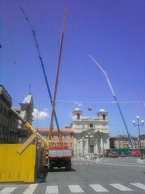 Le gru in Piazza Duomo