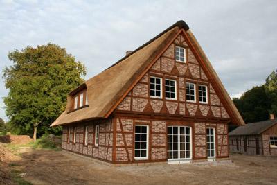 Neubau eines Fachwerkhauses mit Reetdach und Wrmepumpe in