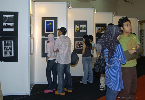 KLPF 2007: Visitors admiring the photos exhibited
