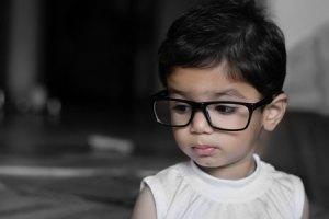 Στα παιδιά με υπερμετρωπία μπορεί να παρατηρηθεί μια τάση για συγκλίνοντα στραβισμό και κοπιωπία.
