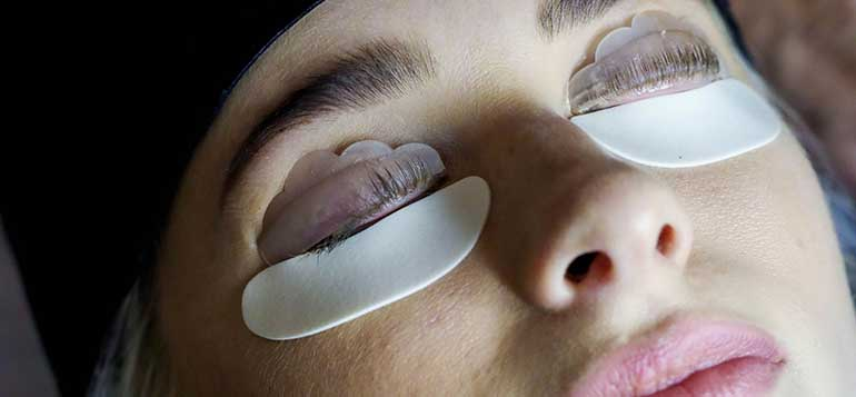 Lash Lift: βήμα βήμα η τεχνική με patches και rollers