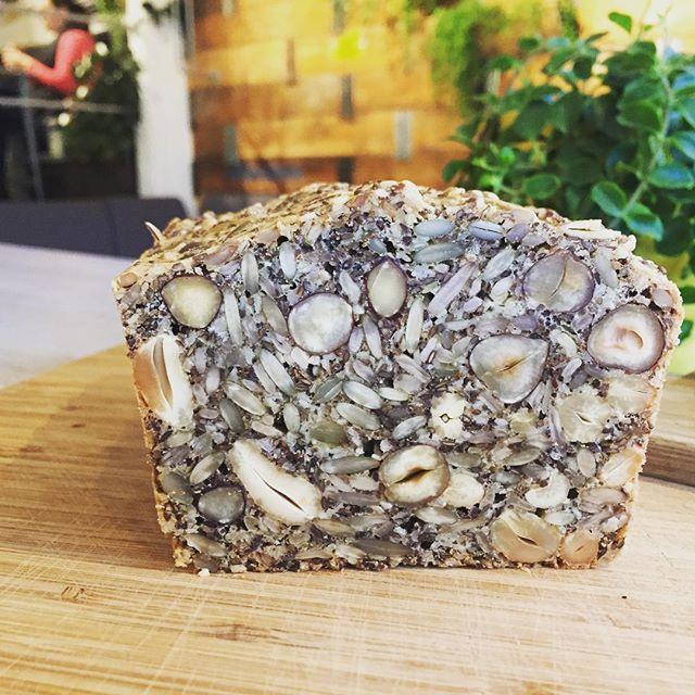 LCHF brödet har kommit till Materia. Ät här eller köp med ett bröd hem. #lchfbröd #materiamajorna
