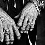 A hora do espanto com os anéis de caveira nos dedos