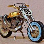 Motocicletas em miniatura com sucata de relógios de pulso