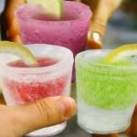 Copos feitos de gelo para bebidas e coquetéis viram picolé
