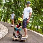 Prancha de skate com sidecar para passear com o filho pequeno