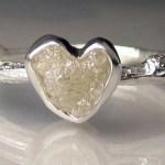 Diamante bruto com a forma de coração em anel de prata