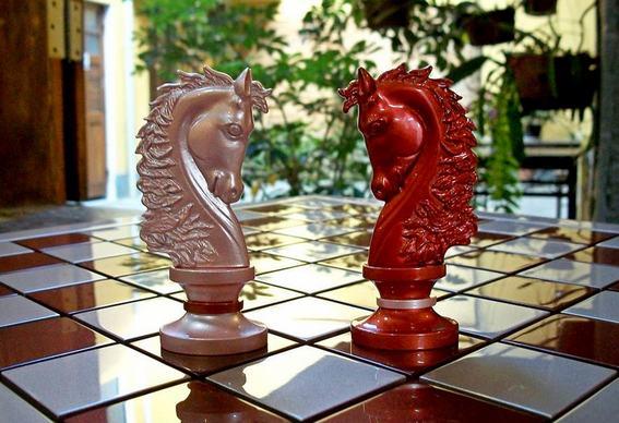 Peças de xadrez em tonalidades de pérola
