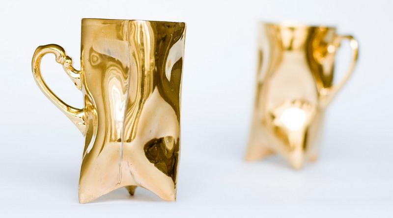 Xícara de porcelana dourada