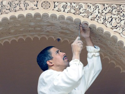6.%20Carving%20stucco%20in%20Metropolitan%20Museum%27s%20Moroccan%20Court%2C%20spring%202011-2.jpg