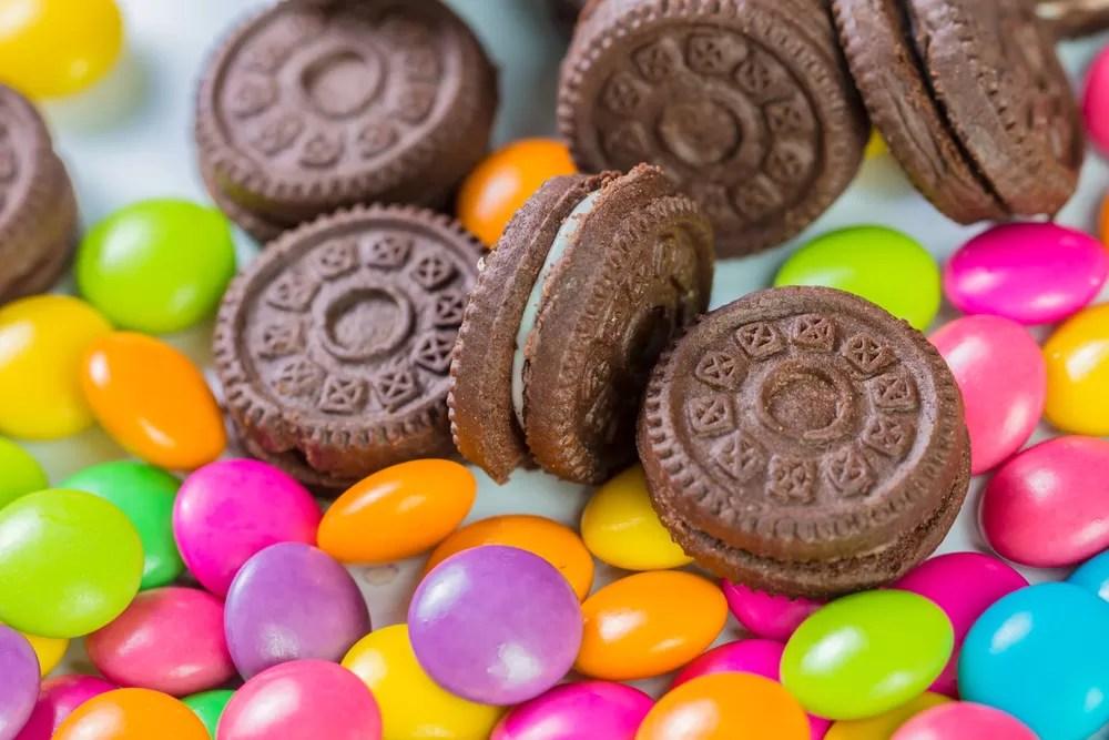 Resultado de imagem para oferecendo doces para crianças