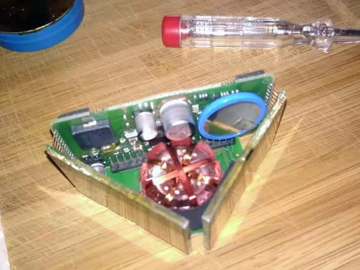 Der Tacktick Micro compass geöffnet mit altem defektem Akku/Batterie