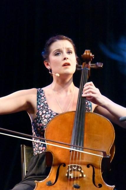 Mathilde canta e suona il violoncello