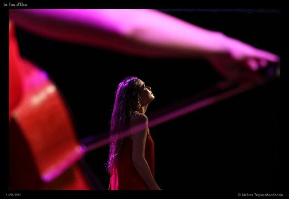 Mathilde suona allo spettacolo Le fou d'Elsa