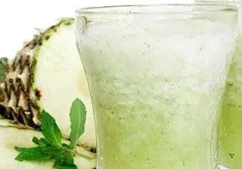 Δροσερό ποτό ανανά με άρωμα δυόσμου