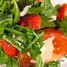 Δροσερή σαλάτα με φράουλες