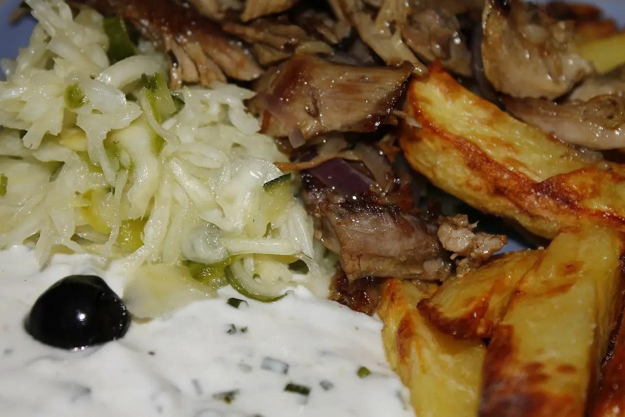 γύρος χοιρινός πατάτες τηγανιτές κρεμμύδια τζατζίκι