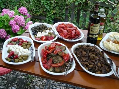 μελιτσάνες και πιπεριές τηγανητές, μανιτάρια ξυδάτα, ντολμαδάκια και ελιές