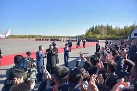 Le Dirigeant Suprême KIM JONG UN a accueilli le Président MOON Jae-In à l'Aéroport de Samjiyon