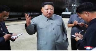 KIM JONG UN examine un sous-marin nouvellement construit
