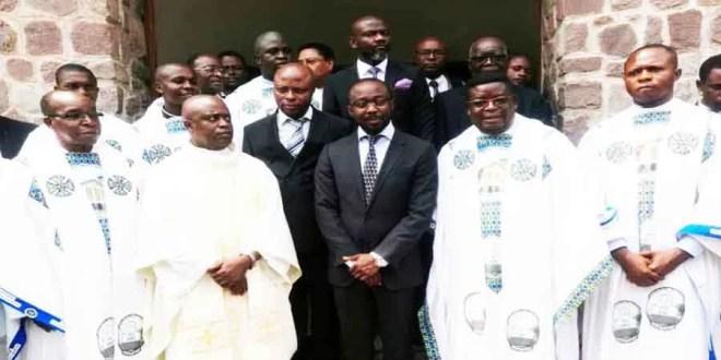 Joseph Mukumadi au milieu, au sortir de la messe d'action de grâce en son honneur