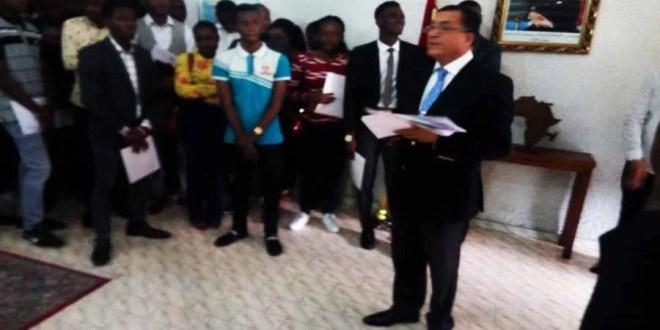 L'ambassadeur du Royaume du Maroc Rachid Agassim entrain de remettre les bourses aux étudiants congolais