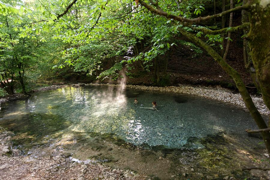 Namakanje v toplem divjem vrelcu  Maibachl Avstrija