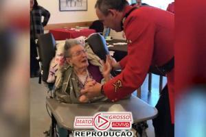 Policial dança com idosa de 100 anos na cadeira de rodas e emociona 86