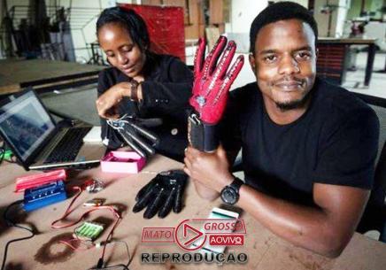Rapaz cria luvas que traduzem língua de sinais em áudio-media-1
