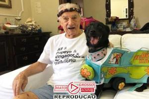 """""""Seu Peru"""", aos 99 anos, curte bloco em sua homenagem no Rio 75"""