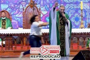 Padre Marcelo Rossi é jogado do palco por mulher durante celebração de missa em Cachoeira Paulista 74