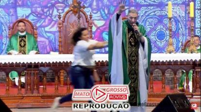 Padre Marcelo Rossi é jogado do palco por mulher durante celebração de missa em Cachoeira Paulista 10