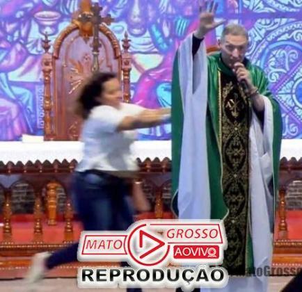Padre Marcelo Rossi é jogado do palco por mulher durante celebração de missa em Cachoeira Paulista 205