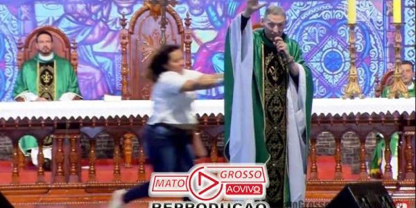 Padre Marcelo Rossi é jogado do palco por mulher durante celebração de missa em Cachoeira Paulista 32