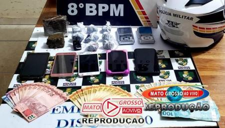 Junto aos suspeitos foram aprendidas grande quantidade de droga, dinheiro e balança de precisão.