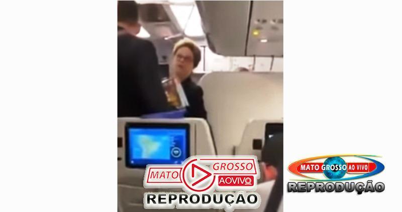 """Dilma Rousseff  bate boca com passageiros de avião e é chamada de """"bandida"""", Lula também é atacado por onde anda 58"""
