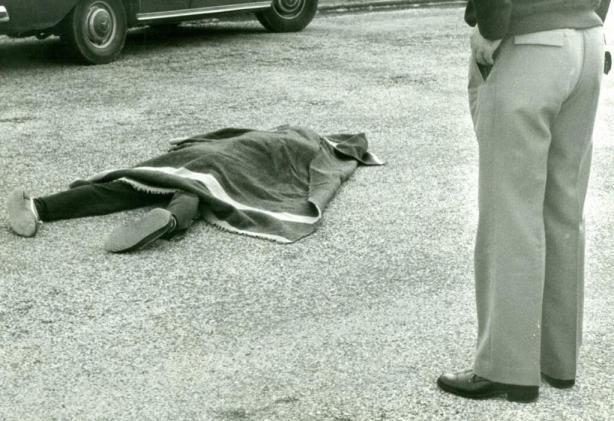 Diego Torrente yace en el suelo asesinado por E.T.A.