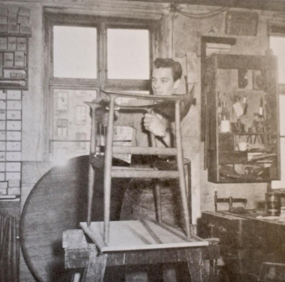 Fra verkstedet til Niels Vodder der man pusser på SR-59. (Faksimile fra boken Da danske møbler ble moderne)