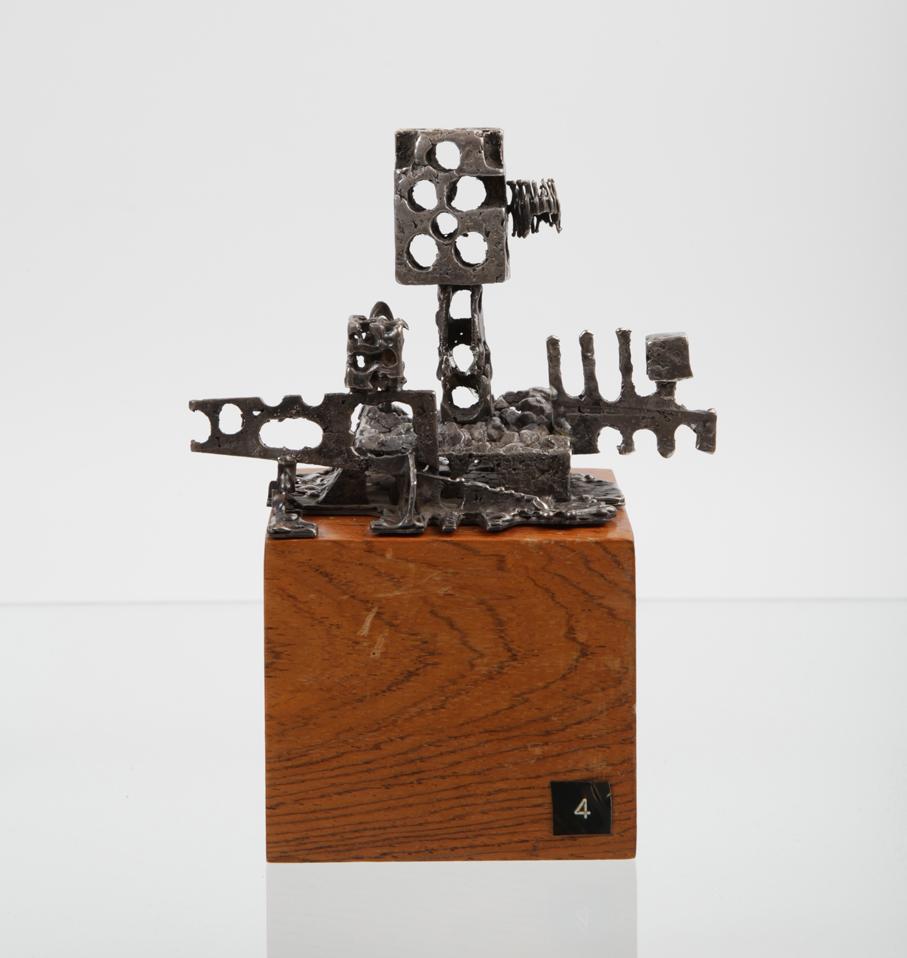 """Paul Hughes. Bordskulptur. Vist på utstillingen """"Eksotisk – moderne"""" på Etnografisk museum i Oslo 1968. (Foto: Mats Linder)"""