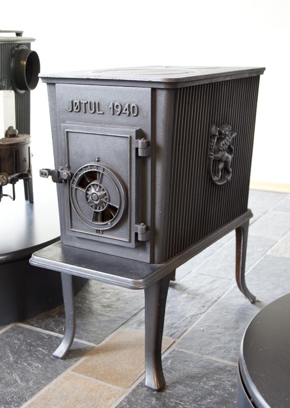 Hermann Munthe-Kaas og Gudolf Blakstad. Vedovn. Modell 602. 1940. Jøtul. Ornamenter av Ørnulf Bast. I produksjon fra 1940. (Foto: Mats Linder)