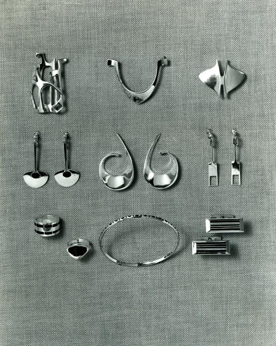 Reklamefotografi av Tone Vigelands smykker. Ca. 1961.