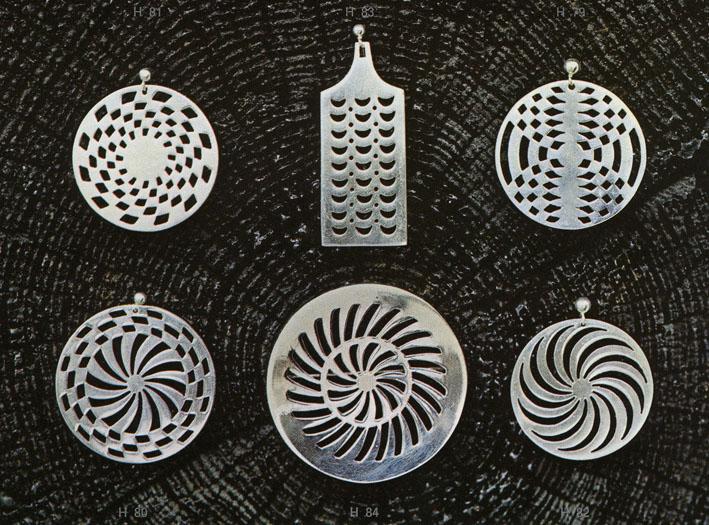Produktbilde fra PLUS salgsbrosjyre av Tone Vigelands smykker i op-art stil fra 1966.
