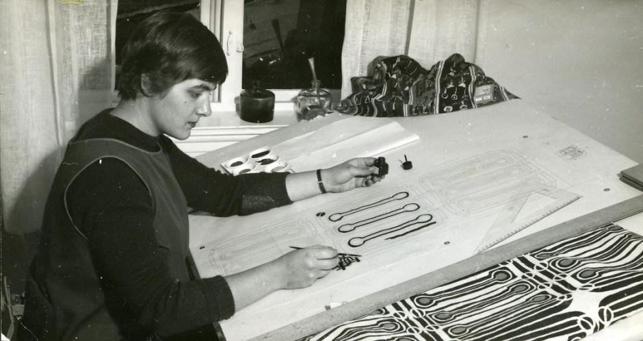 Kari Fronth ved tegnebordet på PLUS tekstiltrykkeri.