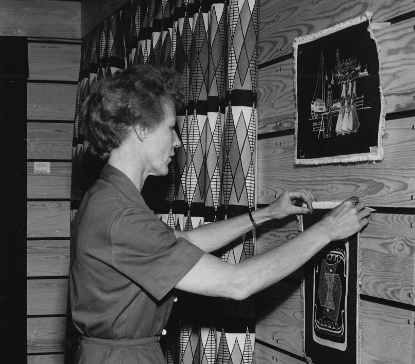 Liv Hassel før åpningen av separatutstilling på Norway Designs 1957.