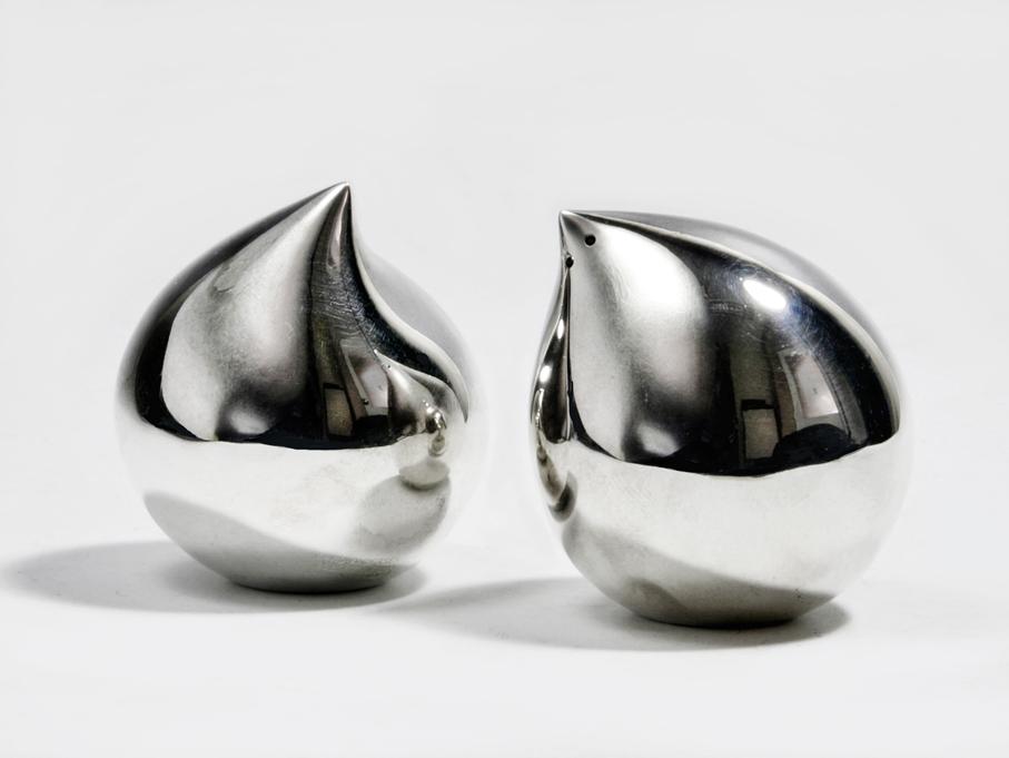 """Sigurd Bronger. Salt- og peppersett. Sølv. Utført ved David-Andersen. Tegnet i 1996. I 1997 fikk settet """"Merket for God Design"""". (Foto: Mats Linder)"""