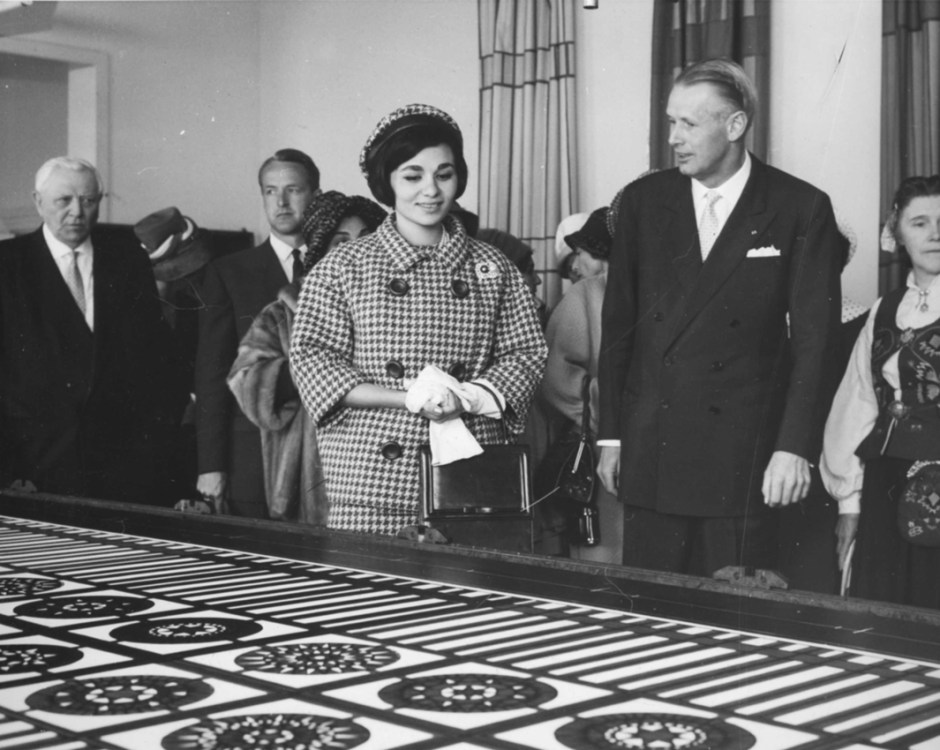Keiserinne Farah Diba av Iran og Per Tannum på PLUS stofftrykkverksted (mai 1961). Farah Diba kjøpte flere lunsjbrikker under besøket.